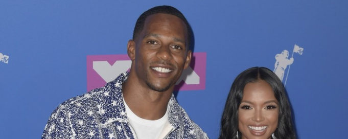 1-Victor Cruz - Menghadiri 2018 MTV Video Music Awards Memakai Jaket dan Celana Ovadia & Sons
